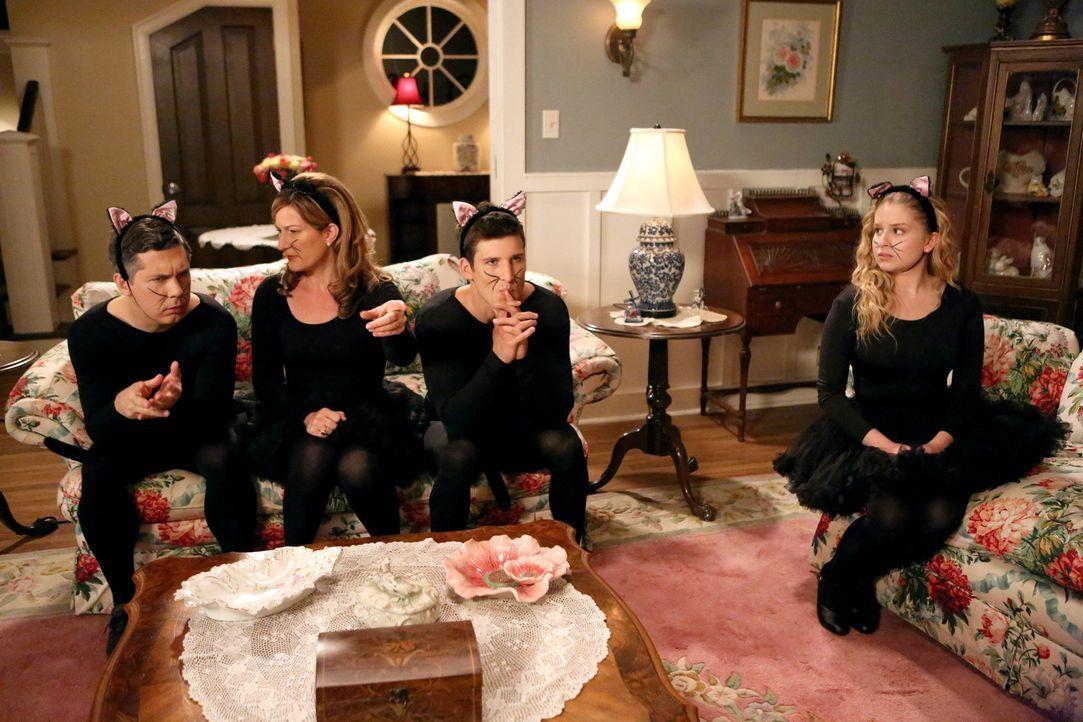 Was ist nur mit Lisa (Allie Grant, r.), Sheila (Ana Gasteyer, 2.v.l.), Fred (Chris Parnell, l.) und Ryan (Parker Young, 2.v.r.) los? - Bildquelle: Warner Bros. Television