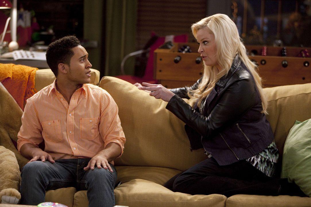 Da Ben seiner Mutter (Melissa Peterman, r.) einen Schlüssel für die Wohnung gegeben hat, ist Bonnie ständig anwesend. Tucker (Tahj Mowry, l.) ist da... - Bildquelle: Randy Holmes ABC Family