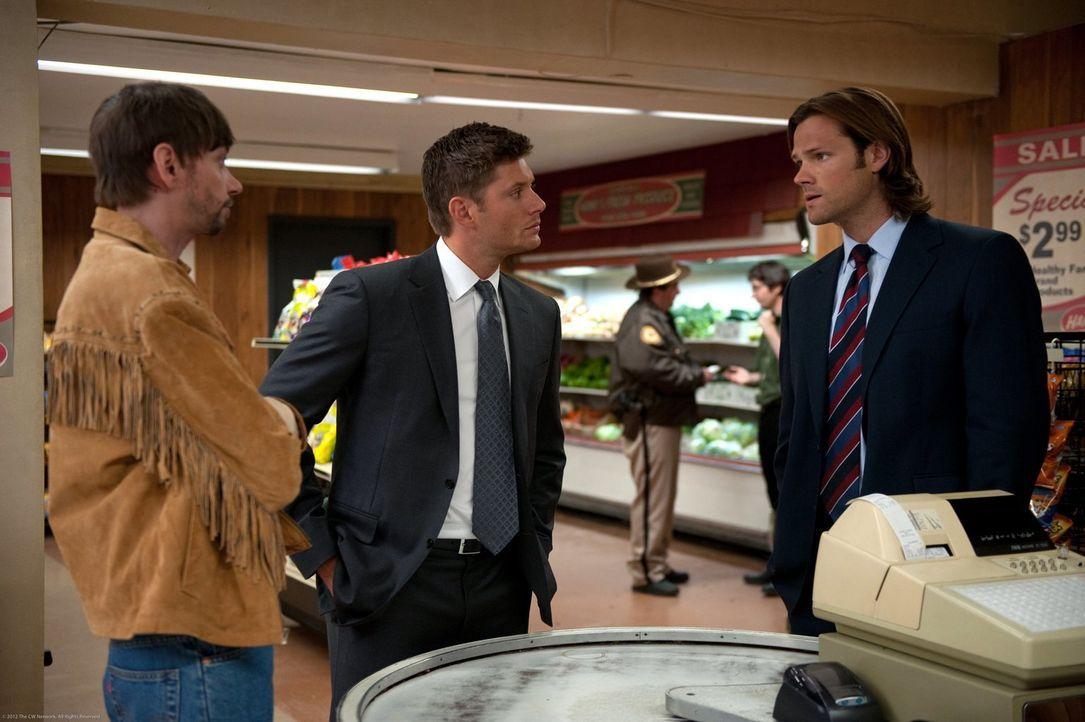 Immer wieder aufs Neue müssen Dean (Jensen Ackles, M.) und Sam (Jared Padalecki, r.) feststellen, dass die Zusammenarbeit mit Garth (DJ Qualls, l.)... - Bildquelle: Warner Bros. Television