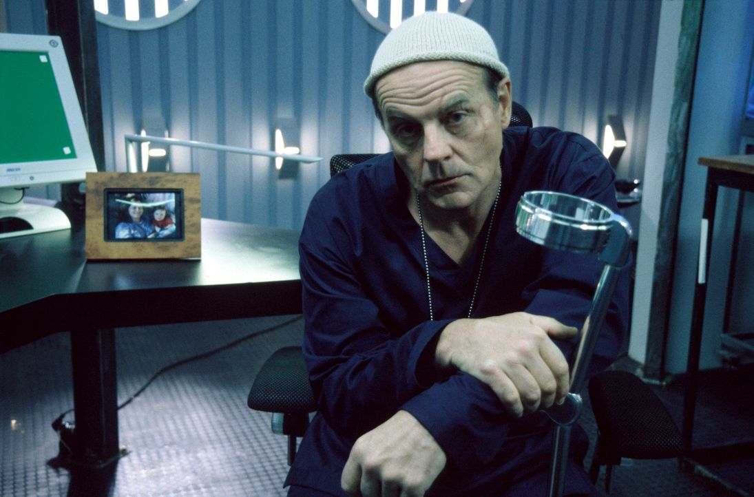 Im Kampf gegen das Böse: Bremer (Michael Ironside) ... - Bildquelle: 2001 atlas Film & TV Produktion GmbH