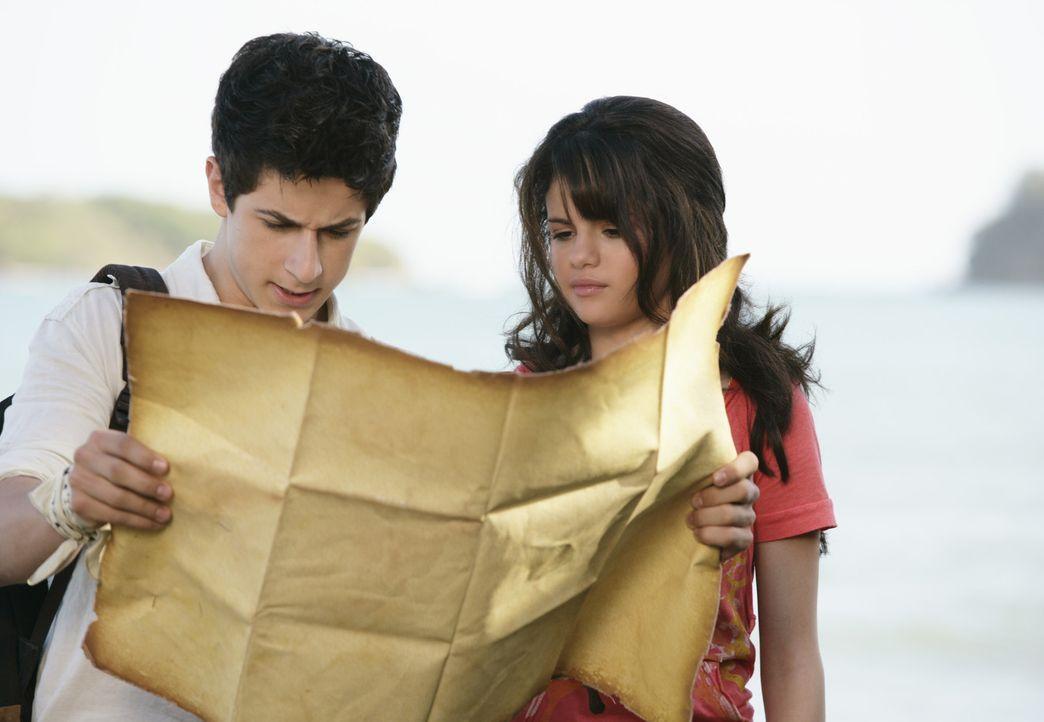 Um einen folgenreichen Zauber rückgängig zu machen, begibt sich Alex (Selena Gomez, r.) gemeinsam mit ihrem älteren Bruder Justin (David Henrie,... - Bildquelle: 2009 DISNEY ENTERPRISES, INC. All rights reserved. NO ARCHIVING. NO RESALE.