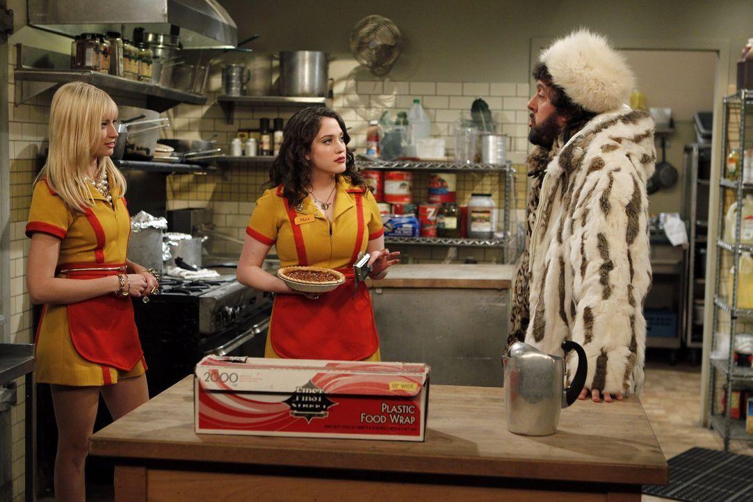 Wer's glaubt wird selig: Der Koch Oleg (Jonathan Kite, r.) versucht seinen Kolleginnen Max (Kat Dennings, M.) und Caroline (Beth Behrs, l.) davon zu... - Bildquelle: Warner Brothers