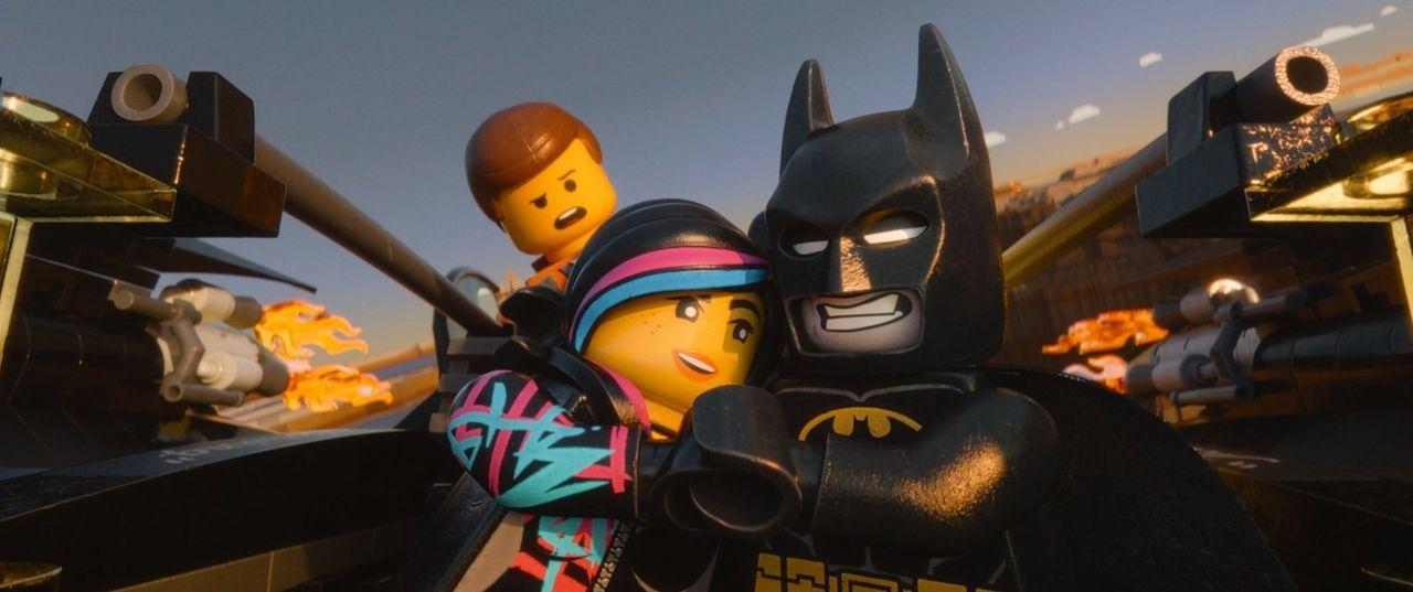 Versuchen alles, um zu verhindern, dass ihre Welt zusammengeklebt wird: Bauarbeiter Emmet (hinten), die mutige Wyldstyle (l.) und Batman (r.) ... - Bildquelle: 2014 Warner Brothers