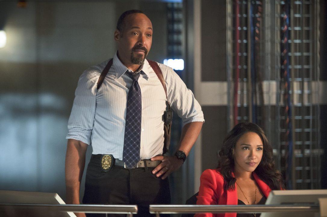 Eigentlich wollen Joe (Jesse L. Martin, l.) und Iris (Candice Patton, r.) Barry wieder auf die Beine helfen, doch dann wird ihnen klar, dass er nich... - Bildquelle: 2015 Warner Brothers.