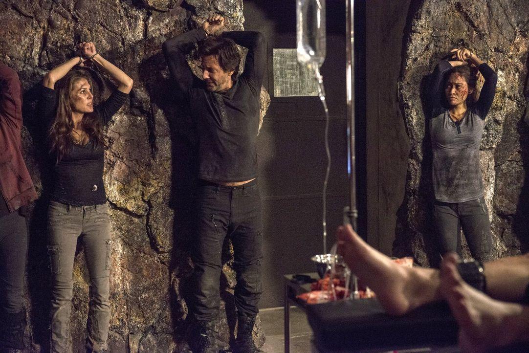 """In """"Mount Weather"""" werden die gefangenen Skypeople nach und nach als Spender von Knochenmark missbraucht, bis sie schließlich sterben. Wird das glei... - Bildquelle: 2014 Warner Brothers"""