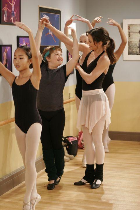 Nachdem sich Jake (Angus T. Jones, M.) in Mia (Emmanuelle Vaugier, r.) verliebt hat, macht ihm der Ballettunterricht großen Spaß ... - Bildquelle: Warner Brothers Entertainment Inc.