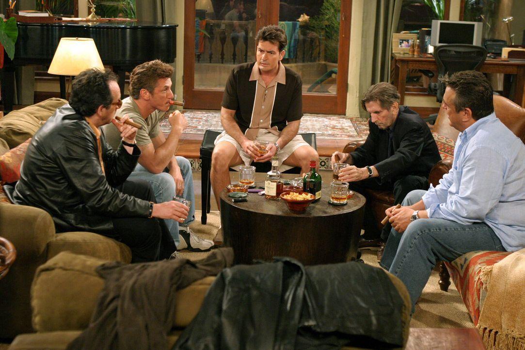 Charlie (Charlie Sheen, M.) hat seine coolen Jungs (Elvis Costello, l., Sean Penn, 2.v.l., Bobby Cooper, r. und Harry Dean Stanton, 2.v.r.) zu einem... - Bildquelle: Warner Bros. Television