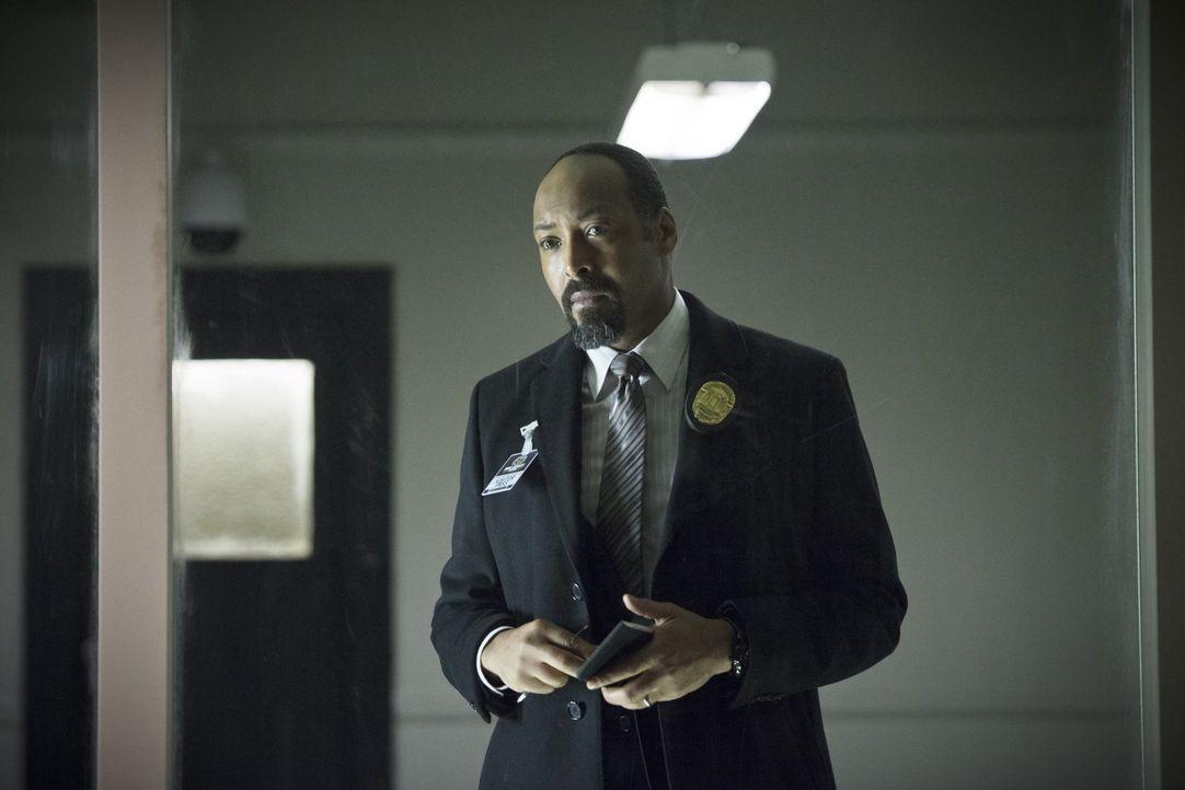 Joe (Jesse L. Martin) entscheidet sich dazu, eine weitere Person in sein Ermittlerteam bezüglich Dr. Wells aufzunehmen ... - Bildquelle: Warner Brothers.