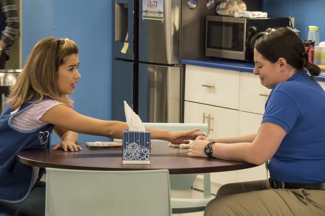 Jeremy ist tot: Cheyenne (Nicole Bloom, l.) versucht Dina (Lauren Ash, r.) aufzuheitern. Doch dann stellt sich heraus, dass Jeremy doch kein Mensch... - Bildquelle: Brandon Hickman 2015 Universal Television LLC. ALL RIGHTS RESERVED.