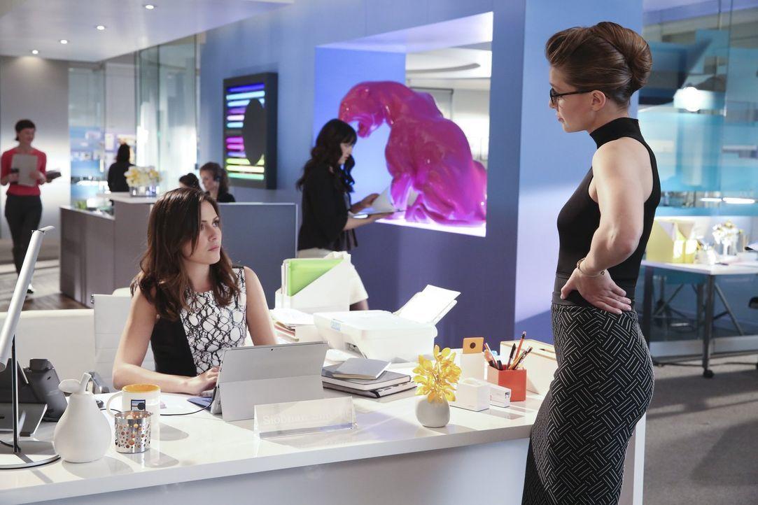 Nachdem Kara alias Supergirl (Melissa Benoist, r.) einen Feuermann gerettet hat, beginnt sie plötzlich, sich merkwürdig zu verhalten und demütigt ih... - Bildquelle: 2015 Warner Bros. Entertainment, Inc.