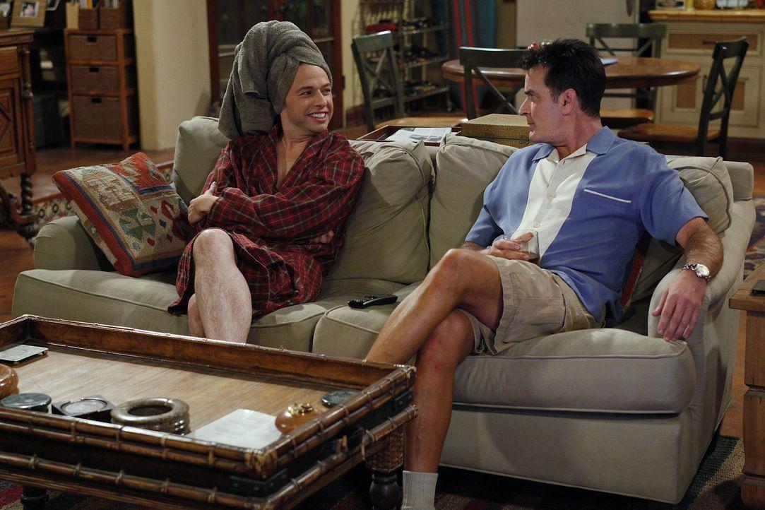 Nachdem Alan (Jon Cryer, l.) das Haus seiner Freundin Lyndsey abgefackelt hat, ist er zusammen mit ihr, ihrem Sohn Eldridge und seinem Sohn Jake bei... - Bildquelle: Warner Bros. Television