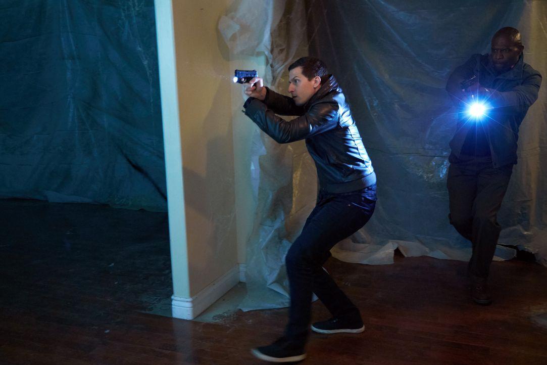 Jake Peralta (Andy Samberg, l.); Terry Jeffords (Terry Crews, r.) - Bildquelle: John P. Fleenor 2015 UNIVERSAL TELEVISION LLC. All rights reserved. / John P. Fleenor