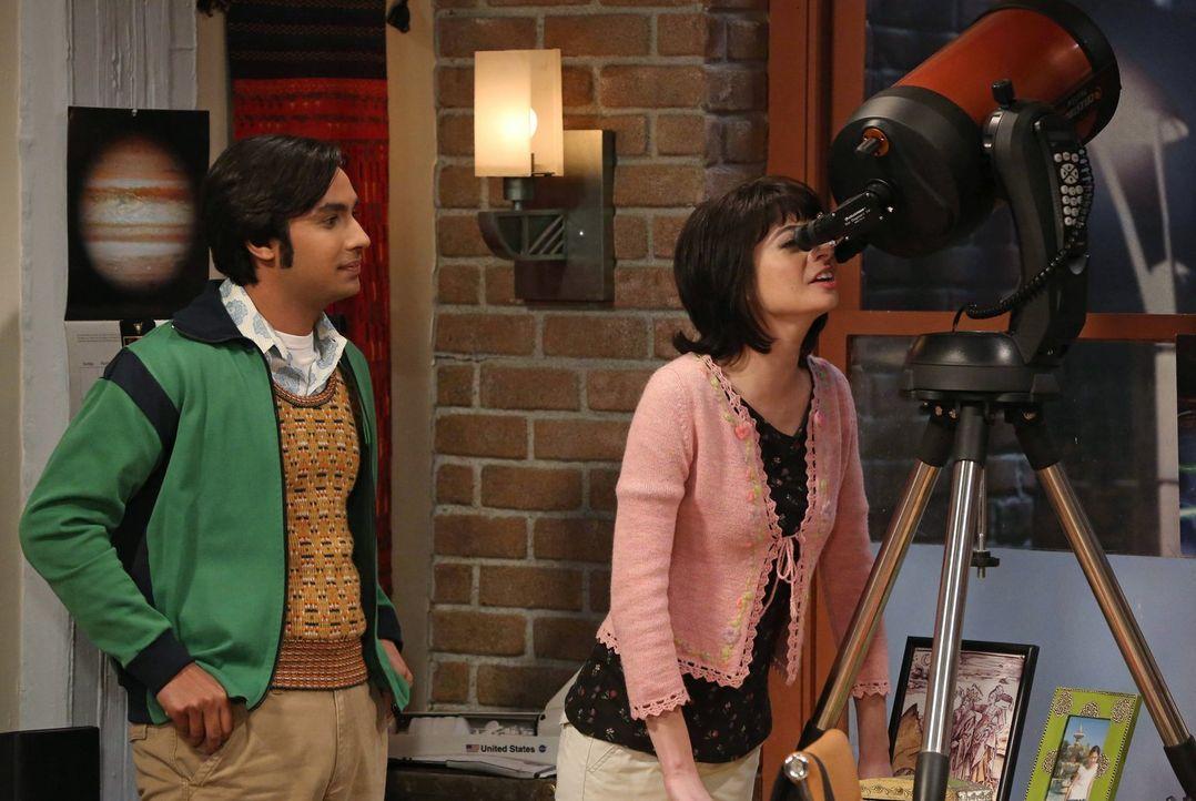 Während Leonard eine Stelle in Übersee angeboten bekommt, geht Raj (Kunal Nayyar, l.) in seiner Beziehung mit Lucy (Kate Micucci, r.) einen Schritt... - Bildquelle: Warner Bros. Television