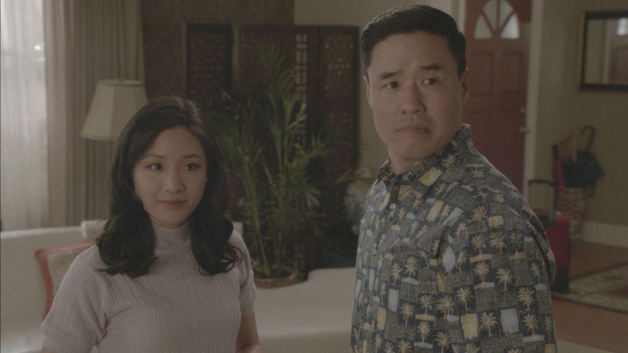 Während Jessica (Constance Wu, l.) alles daransetzt, um ausgerechnet Stephen King als Unterstützer für ihr Buch zu gewinnen, bekommt Louis (Randall... - Bildquelle: 2017-2018 American Broadcasting Companies. All rights reserved.