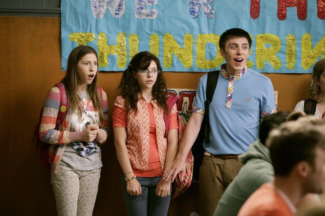 Sue (Eden Sher, l.), Carly (Blaine Saunders, 2.v.l.) und Brad (Brock Ciarlelli, r.) können nicht fassen, was Mr. Farrar da verkündet. Unterdessen wi... - Bildquelle: Warner Brothers