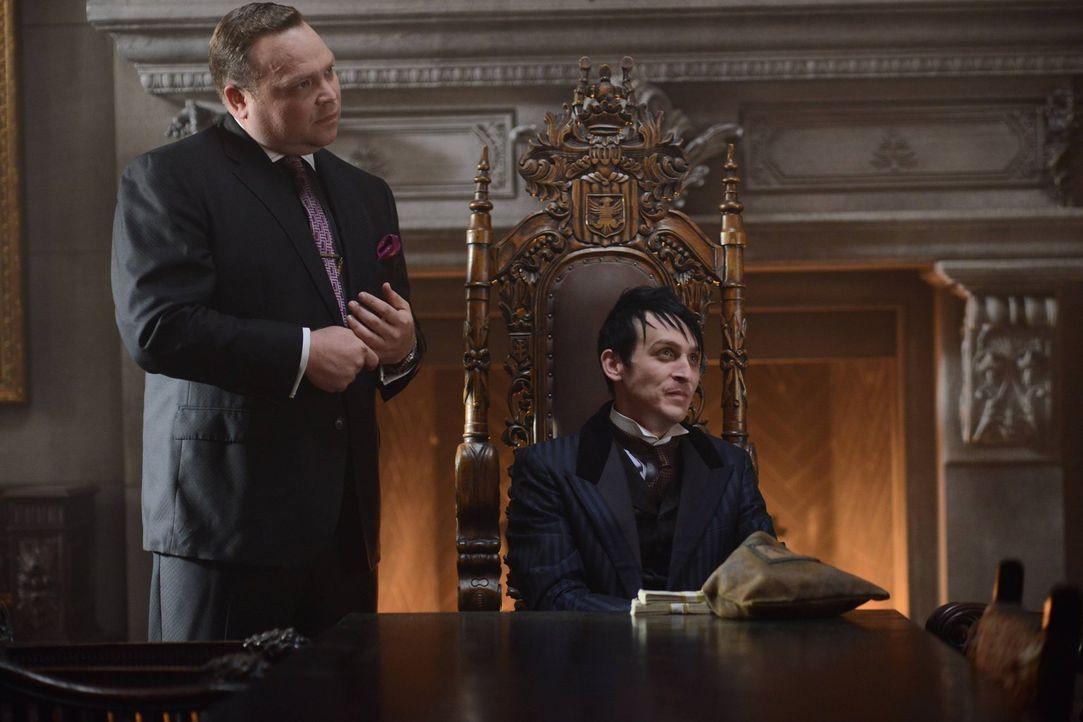 Penguin (Robin Lord Taylor, r.) hat die Unterwelt von Gotham fest im Griff. Ihm treu zur Seite steht Butch (Drew Powell, l.). Währenddessen versucht... - Bildquelle: Warner Brothers