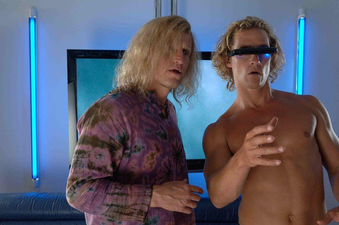 Sein Manager, Jack Mayweather (Woody Harrelson, l.), hat Surf-Profi Steve Addington (Matthew McConaughey, r.) geraten, sich an die Fernseh- und Vide... - Bildquelle: Licensed by The Weinstein Company