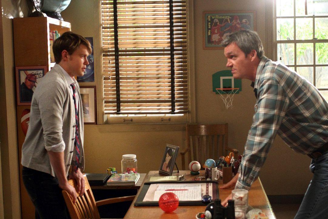 Als Brick seinen Eltern erzählt, dass er nicht mehr am Sportunterricht teilnehmen muss, sucht Mike (Neil Flynn, r.) dessen Lehrer, Mr. Wilkersen (Ch... - Bildquelle: Warner Brothers