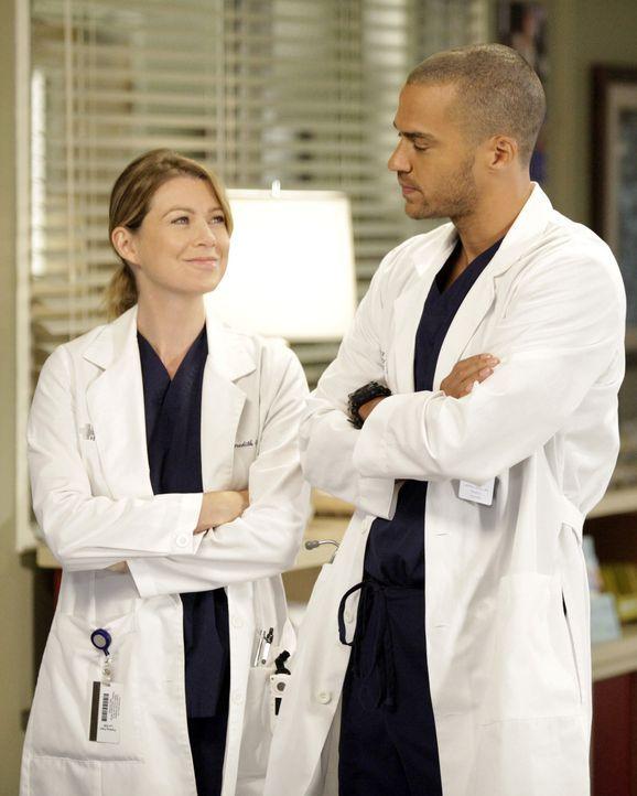 Im Bewusstsein, dass Derek vielleicht nie wieder in der Lage sein wird, zu operieren, hört Meredith (Ellen Pompeo, l.) damit auf, von den Operation... - Bildquelle: ABC Studios