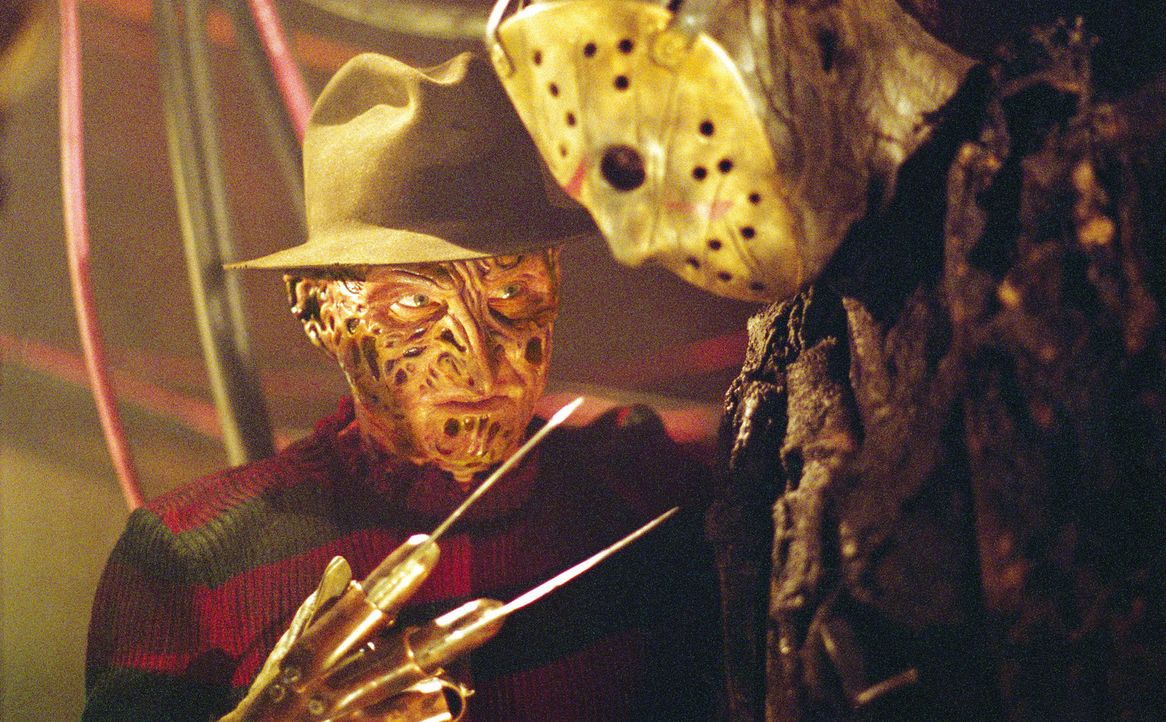 Während sich Jason (Ken Kirzinger, r.) durch die Elm Street metzelt und die Bewohner auch Freddy (Robert Englund, l.) wieder fürchten lernen, muss... - Bildquelle: Warner Bros. Pictures