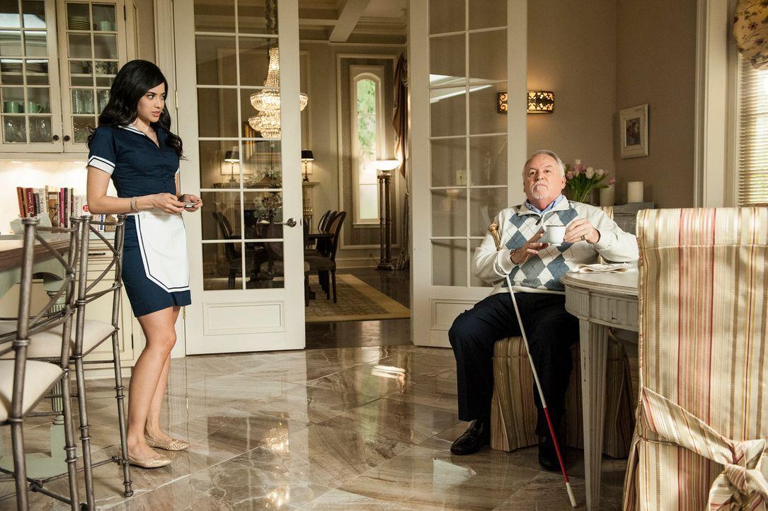 Zoila ist entsetzt, als Genevieve ihr eröffnet, dass Alfred (Dakin Matthews, r.) eine Eizellenspende von Valentina (Edy Ganem, l.) erkaufen will ... - Bildquelle: ABC Studios