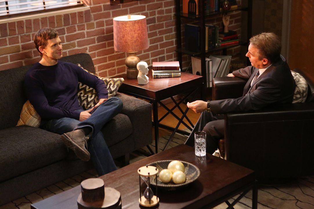 Sheldon (Brian Benben, r.) wird immer misstrauischer was die Verwicklung seines Patienten Nick (Carter MacIntyre, l.) mit dem Verschwinden von Sarah... - Bildquelle: ABC Studios