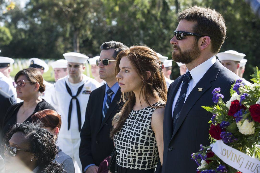 Als er endlich zu seiner Frau Taya Renae Kyle (Sienna Miller, 2.v.r.) und zu seinen Kindern zurückkehrt, merkt Chris (Bradley Cooper, r.), dass es d... - Bildquelle: 2014 Warner Bros. Entertainment Inc.