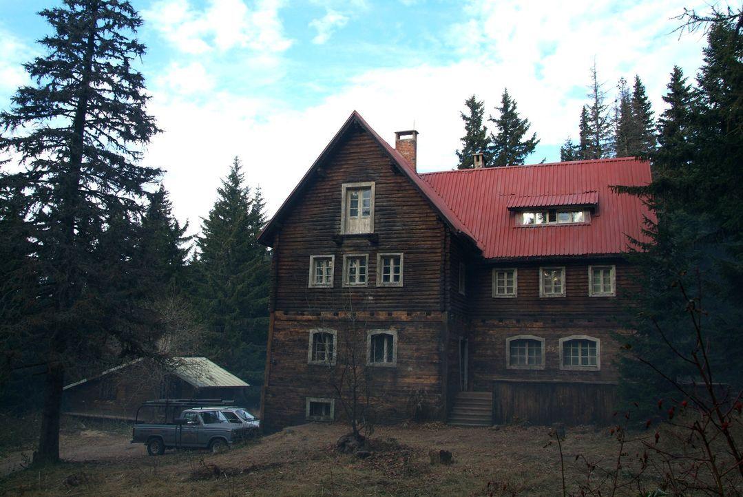 Nach dem Tode ihres Mannes zieht Karen Tunny zusammen mit ihren beiden Töchtern Sarah und Emma in ein abgelegenes Haus in der Nähe eines Bergwerks... - Bildquelle: Nu Image Films