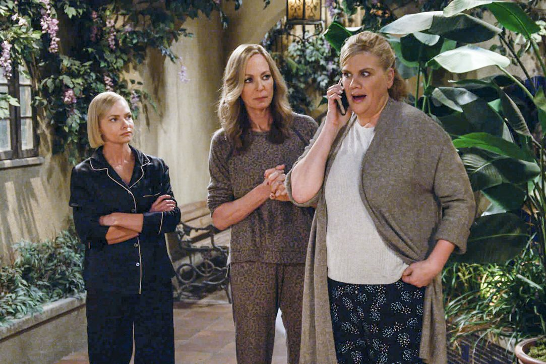 (v.l.n.r.) Jill (Jaime Pressly); Bonnie (Allison Janney); Tammy (Kristen Johnston) - Bildquelle: Warner Bros. Entertainment, Inc.