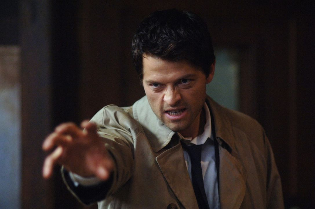 Jemand hat Luzifers Schwert gefunden und tötet damit Engel. Castiel (Mischa Collins) und Uriel bitten Dean, Alastair zu foltern, um den Mörder zu... - Bildquelle: Warner Bros. Television