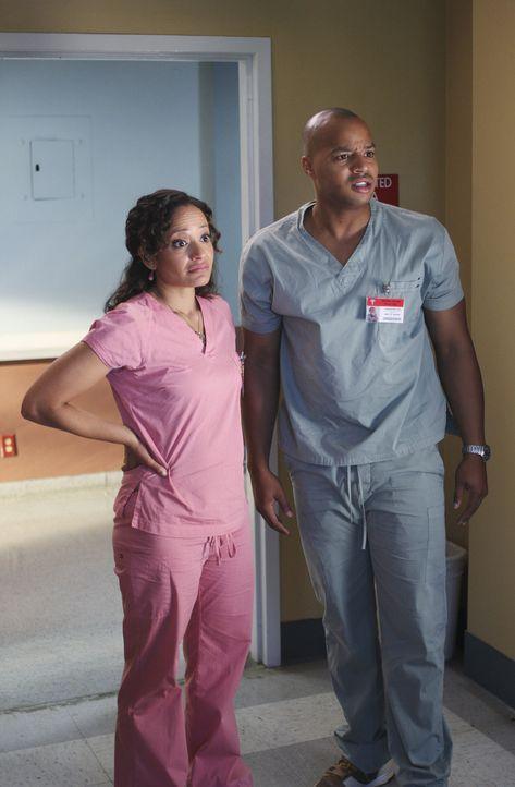 Carla (Judy Reyes, r.) macht Turk (Donald Faison, l.) klar, dass sie gerade scharf auf ihn ist. Daraufhin bringt er sie in den Ruheraum, doch da sin... - Bildquelle: Touchstone Television