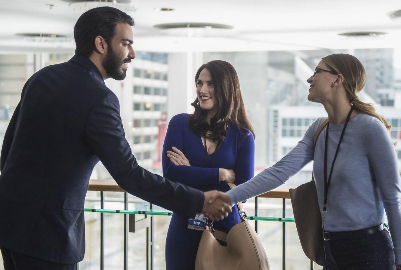 Als Lena's (Katie McGrath, M.) Exfreund Jack (Rahul Kohli, l.) nach National City kommt, bittet sie ihre Freundin Kara (Melissa Benoist, r.) um Beis... - Bildquelle: 2016 Warner Brothers