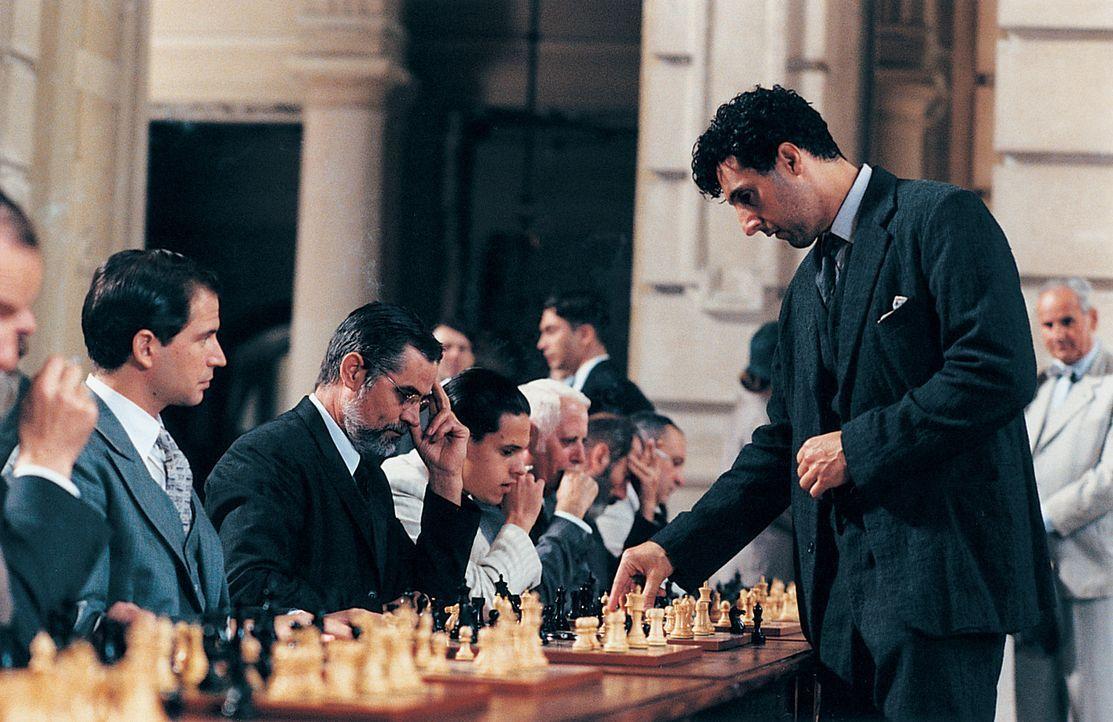 Alexander Lushin (John Turturro, r.) ist in der Welt verloren, doch auf dem Schachbrett ist er ein Genie. 1929 kämpft er am Comer See um die Weltme... - Bildquelle: 2003 Sony Pictures Television International. All Rights Reserved.