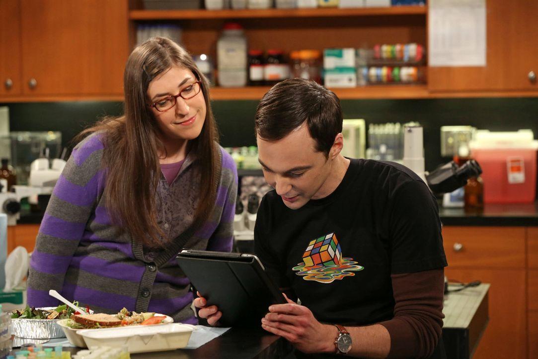 """Sheldon (Jim Parsons, r.) und Amy (Mayim Bialik, l.) können es nicht fassen, dass Stephen Hawking positiv auf Sheldons Anfrage, das Online-Spiel """"Wo... - Bildquelle: Warner Bros. Television"""