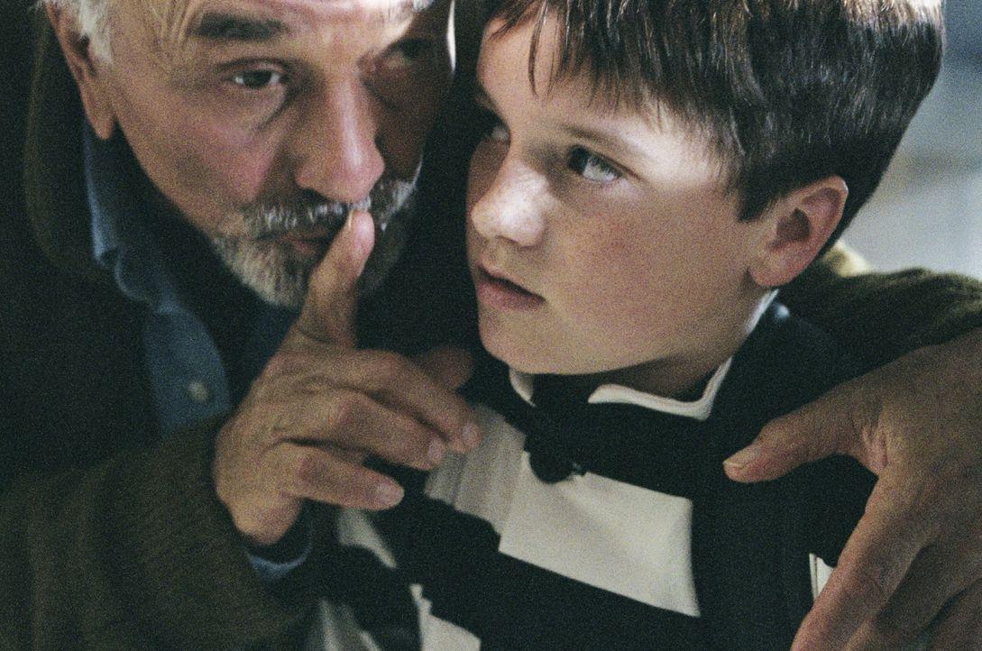 Für James Morse (Peter Falk, l.) gibt es nicht Schöneres, als seinem Enkel (Josh Hutcherson, r.) Geschichten zu erzählen. Als dieser an dem Wahrheit... - Bildquelle: CBS International Television