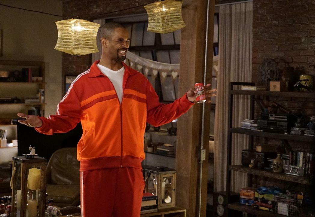 Coach (Damon Wayans Jr.) taucht in der WG auf und findet den gleichen verrückten Haufen vor, den er damals zurückgelassen hat ... - Bildquelle: Jennifer Clasen 2016 Fox and its related entities.  All rights reserved. / Jennifer Clasen