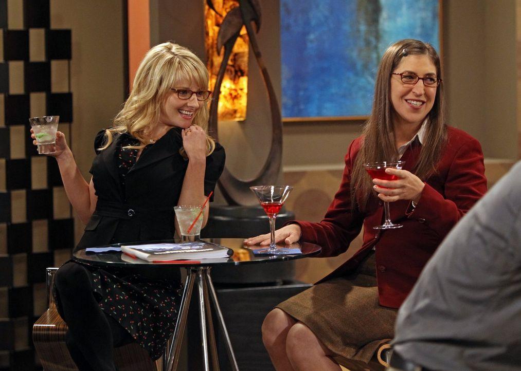 Gehen gemeinsam auf eine Reise: Amy (Mayim Bialik, r.) und Bernadette (Melissa Rauch, l.) ... - Bildquelle: Warner Bros. Television