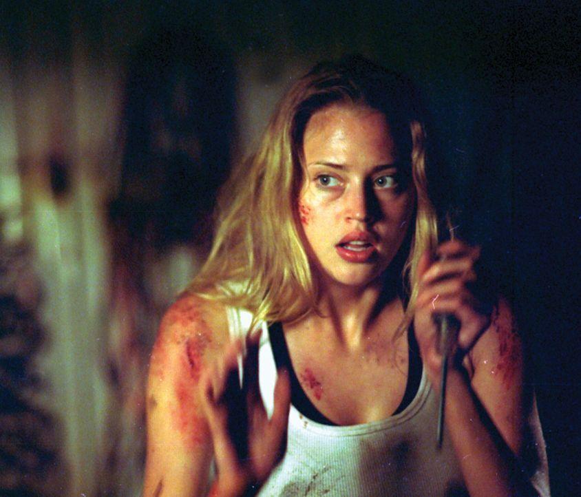 Kristy (Estella Warren) kämpft mit allen ihr zur Verfügung stehenden Mitteln, um lebend dem Horrorhaus zu entkommen ... - Bildquelle: HSI Entertainment
