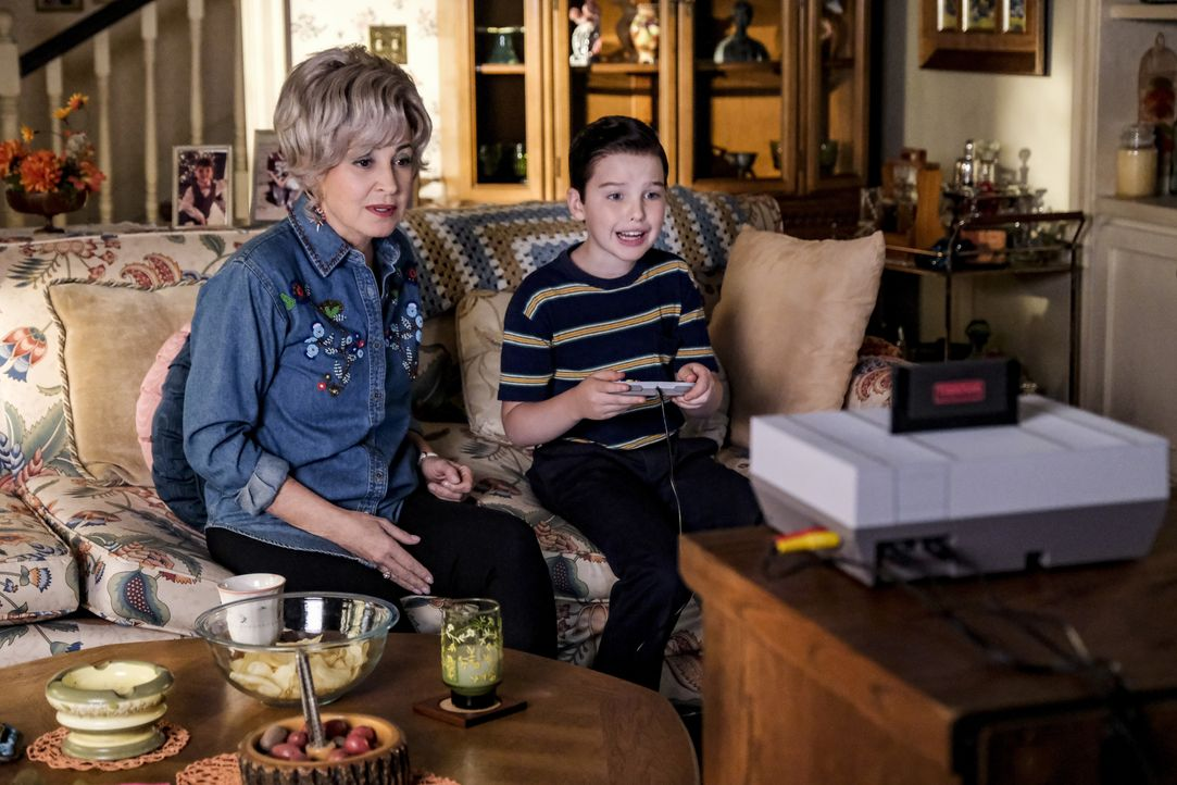 Meemaw (Annie Potts, l.); Sheldon (Iain Armitage, r.) - Bildquelle: Darren Michaels 2018 WBEI. All rights reserved./Darren Michaels / Darren Michaels