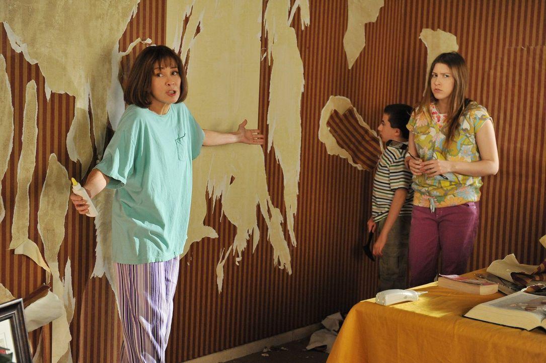 Weil Mikes Bruder Rusty im Haus der Hecks heiraten will, versuchen Frankie (Patricia Heaton, l.), Sue (Eden Sher, r.) und Brick (Atticus Shaffer, 2.... - Bildquelle: Warner Brothers