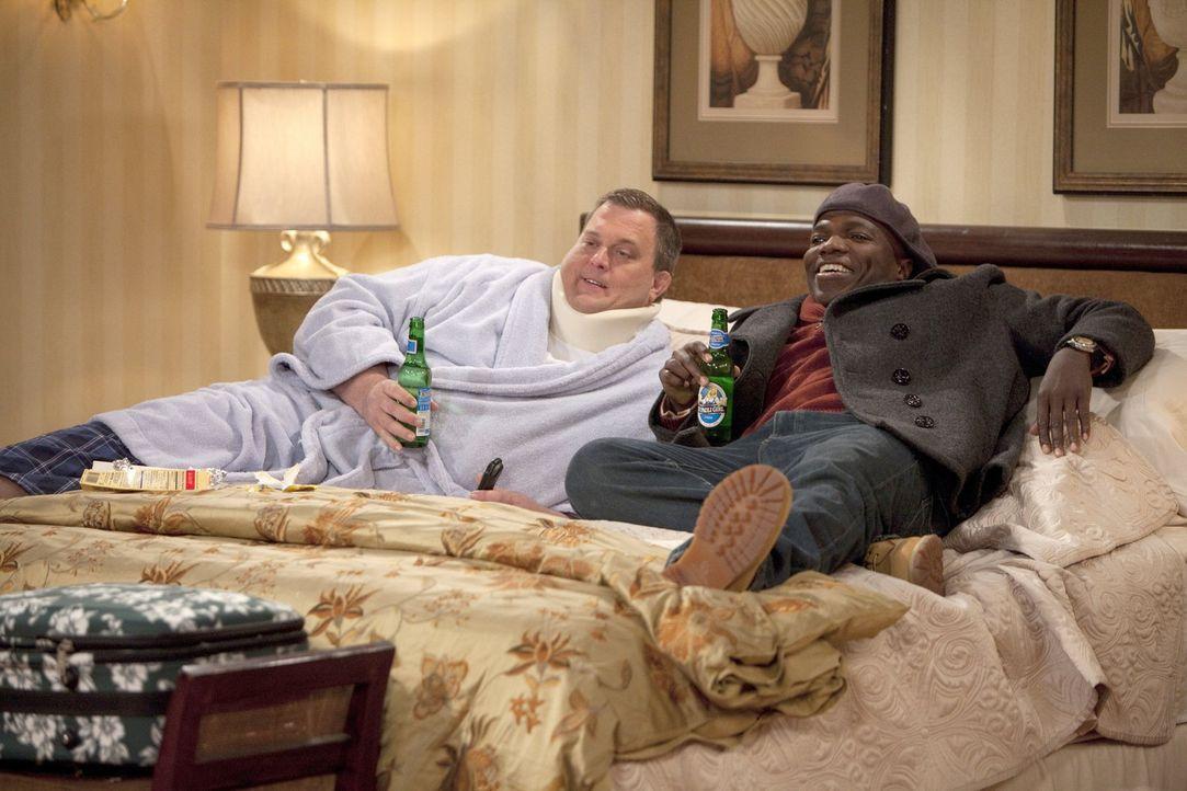 Geraten wegen Mikes stinkender Füße aneinander: Carl (Reno Wilson, r.) und Mike (Billy Gardell, l.) ... - Bildquelle: 2010 CBS Broadcasting Inc. All Rights Reserved.