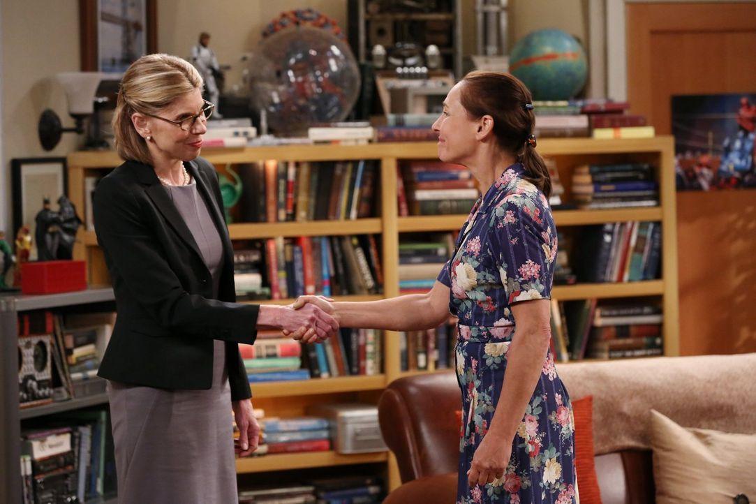 Ein Aufeinandertreffen war unvermeidbar: Die ultrakonservative Mary (Laurie Metcalf, r.) und die liberale Doktorantin Beverly (Christine Baranski, l... - Bildquelle: Warner Bros. Television