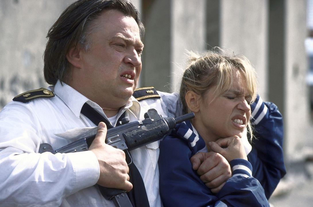 Viel Geld verdirbt den Charakter: Um an das Geld heranzukommen, nimmt Walter (Bernd Stegemann, l.) Suzanne (Anica Dobra, r.) als Geisel. Doch als vi... - Bildquelle: ProSieben