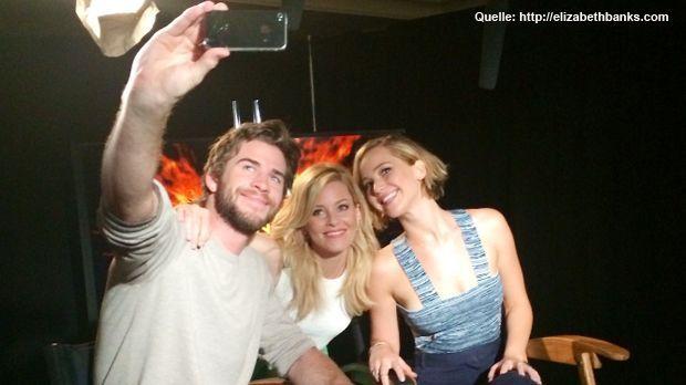 Tribute-von-Panem-Stars-Selfie-14-08-13-elizabethbanks-com