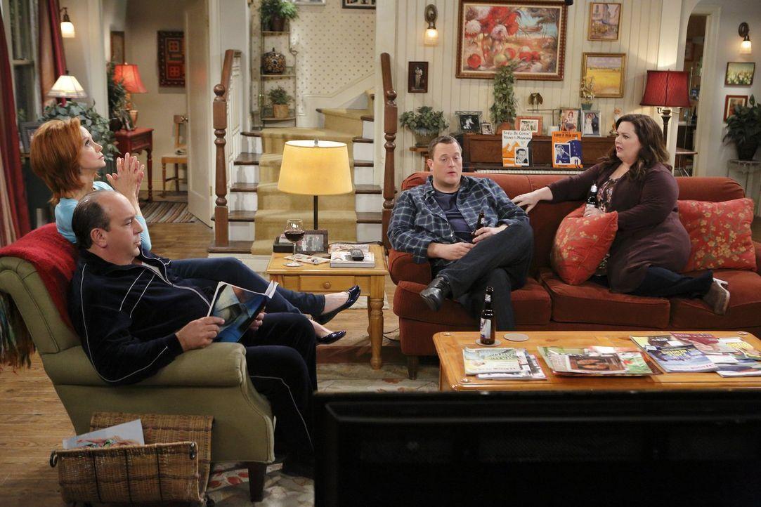 Planen eine große Ruhestand-Party für Peggy: Molly (Melissa McCarthy, r.), Mike (Billy Gardell, 2.v.r.), Joyce (Swoosie Kurtz, 2.v.l.) und Vince (Lo... - Bildquelle: Warner Brothers