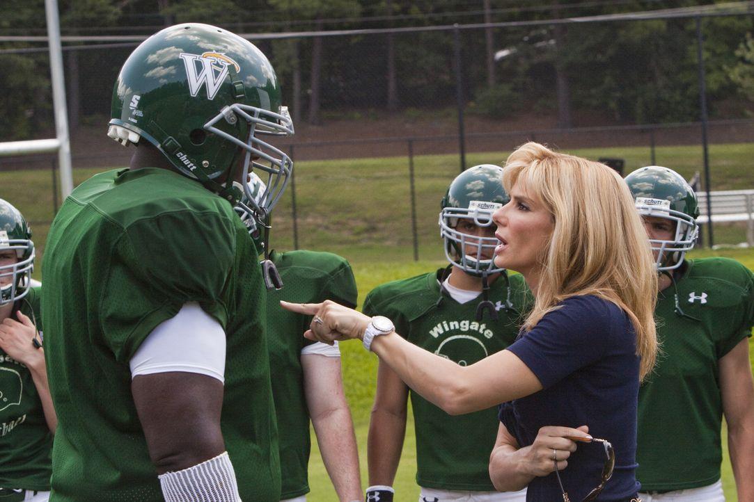 Die wohlhabende Leigh Anne (Sandra Bullock, r.) nimmt sich des obdachlosen Michaels (Quinton Aaron, l.) an, um ihm ein besseres Leben zu ermögliche... - Bildquelle: Warner Brothers