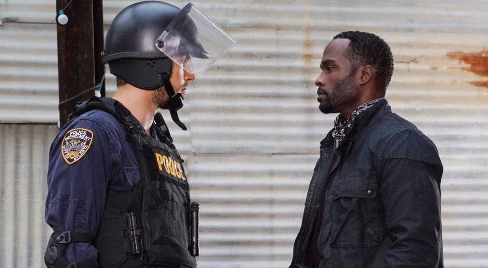 Jake (Chris Wood, l.) macht sich auf die Suche nach Beweisen. Doch dann muss er sich Trey und seiner Gang stellen ... - Bildquelle: Warner Brothers
