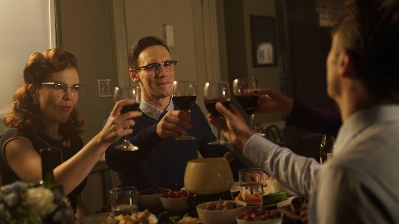 Ein außergewöhnlicher Abend: Edward Nygma (Cory Michael Smith, M.), Kristen Kringle (Chelsea Spack, l.) und Gordon (Ben McKenzie, r.) ... - Bildquelle: Warner Brothers