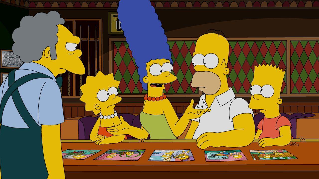Geschichtenzeit: Marge (M.) klärt Moe (l.), Lisa (2.v.l.), Bart (r.) und Homer (2.v.r.) auf, wie intensiv sich die Kinder vor Jahren noch gestritten... - Bildquelle: 2014 Twentieth Century Fox Film Corporation. All rights reserved.