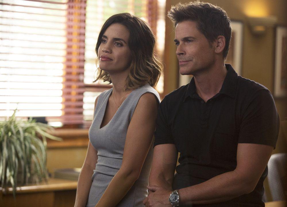 Dean (Rob Lowe, r.) findet sich einer für ihn ungewöhnlichen Situation wieder, als Claire (Natalie Morales, l.) von seiner Berühmtheit überhaupt nic... - Bildquelle: 2015-2016 Fox and its related entities.  All rights reserved.